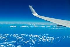 Schauen durch Flugzeugfenster lizenzfreie stockfotografie