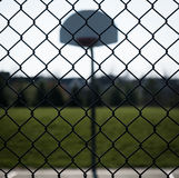 Schauen durch hintergrundbeleuchteten Basketballplatz des Zauns lizenzfreies stockbild