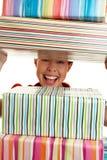 Schauen durch Stapel Geschenke Lizenzfreie Stockfotografie