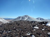 Schauen eines erstaunlichen Vulkans von einer anderen Vulkanspitze lizenzfreie stockfotografie