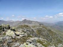 Schauen entlang Windungs-Felsspitzen zu Bowfell Lizenzfreie Stockfotos