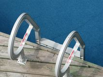 Schauen hinunter blaues Wasser der Swimmingpool-Leiter Stockbild