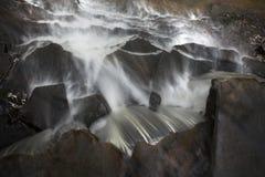 Schauen hinunter die Spitze eines Wasserfalls Stockbilder