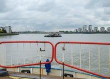 Schauen hinunter Fluss von der Rückseite der Woolwich-Fähre auf dem Th Lizenzfreie Stockbilder