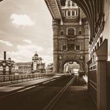 Schauen hinunter Turm-Brücke London Stockbilder