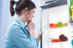 Schauen im Kühlschrank stockfoto