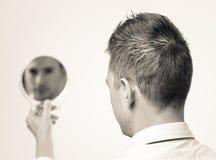 Schauen im Spiegel und Reflektieren Stockfoto