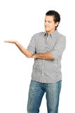 Schauen Latino-Mannes des zur Hand, der Produkt V anzeigt Stockfoto
