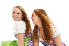 Schauen mit zwei bayerisches Mädchen Stockfoto