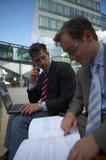 Schauen mit zwei Geschäftsleuten Lizenzfreies Stockfoto