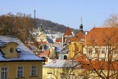 Schauen Sie auf den schneebedeckten Dächern der alten Stadt Prag Lizenzfreie Stockfotografie