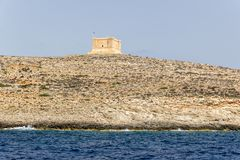 Schauen Sie auf St- Mary` s Turm vom Meer Malta, Gozo, Comino stockfotografie