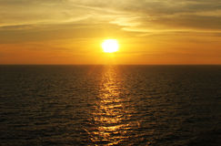 Schauen Sie ein Gefühl, das auf Abendsonnenuntergang gut ist Stockfoto