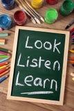 Schauen Sie hören lernen Schulbildungsleseschreibenskonzept Stockfotografie