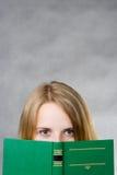 Schauen Sie hinter dem Buch Stockfotos