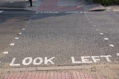 Schauen Sie linke Warnung auf der Straße in London Lizenzfreie Stockfotografie