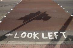 Schauen Sie linkes Zeichen auf der Straße Stockfoto