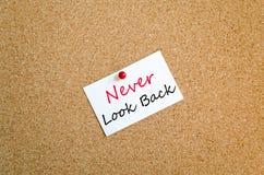 Schauen Sie nie zurück klebriges Anmerkungs-Konzept Lizenzfreie Stockfotografie