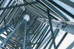 Schauen Sie oben Ansicht unter Telekommunikations-Turm Stockfotos