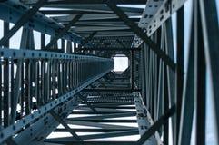 Schauen Sie oben Ansicht unter Telekommunikations-Turm Lizenzfreies Stockbild