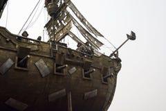 Schauen Sie oben das Piratenschiff und die Piratenlandschaft Stockfotos