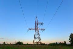 Schauen Sie oben Hochspannung von powertransmission Türmen Lizenzfreie Stockbilder