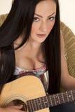 Schauen Sie oben, spielend Gitarre stockfoto