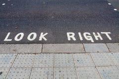 Schauen Sie rechten Begriff auf der Straße stockfotografie