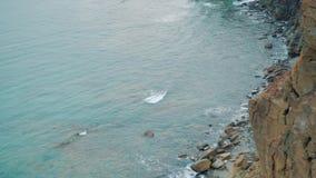 Schauen Sie vom hohen Felsen, über dem Meer stock video