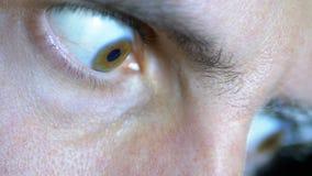 Schauen Sie von der Furcht und Augen eines jungen Mannes auf einem schwarzen Hintergrund ausbauchen stock video footage
