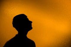 Schauen Sie voran - rückseitiges beleuchtetes Schattenbild des Mannes Lizenzfreies Stockbild
