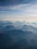 Schauen unten auf den Bergen Stockbild