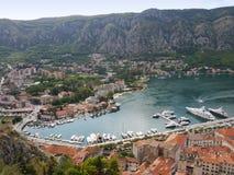 Schauen unten auf der Bucht von Kotor in Montegegro lizenzfreies stockfoto