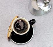 Schauen unten auf schwarzem Kaffee Lizenzfreies Stockfoto