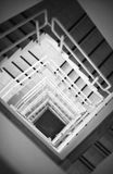 Schauen unten auf Treppenhaus Lizenzfreies Stockbild