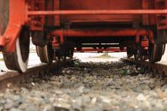 Schauen unter einer Lokomotive Stockbilder