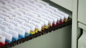 Schauen von Dateien in der Schreibtischschublade stock footage