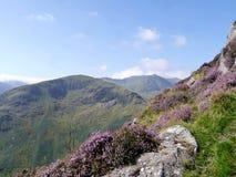 Schauen von der Gebirgsseite über Tal zu anderen Bergen Stockfotos