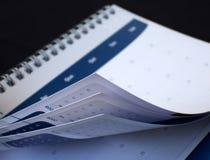 Schauen zur Vergangenheit mit dem Kalender Stockfotografie