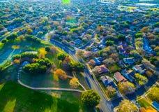 Schauend hinunter Vogel-Augen-Ansicht-Vorstadthäuser außerhalb Austins, bringt Texas nahe rundem Felsen, TX-Landschaft Neuentwick lizenzfreie stockfotos