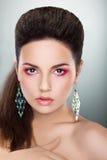 Schauende Frau - helles Make-up, frisches junges Gesicht Stockbild