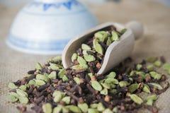 Schaufel-Asiatsschüssel der cardamon-Nelken hölzerne Lizenzfreies Stockbild