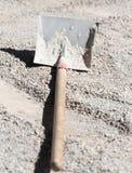 Schaufel auf Straßenbaustandort Stockfotos
