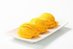 Schaufel der gelben Eiscreme Lizenzfreie Stockfotos