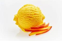Schaufel der Pfirsich-Eiscreme mit Scheiben des Pfirsiches lizenzfreie stockfotografie