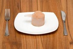 Schaufel des Schokoladenmolkeproteins auf einer Platte Stockbild