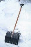 Schaufel in einem hohen Schnee Stockfotos