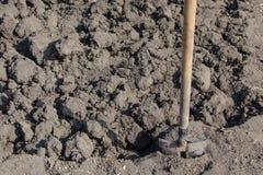 schaufel Gärtner gräbt Boden für das Pflanzen von Anlagen stockbild
