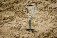 Schaufel im Sand auf dem Strand Stockbild