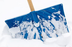 Schaufel im Schnee Stockfoto